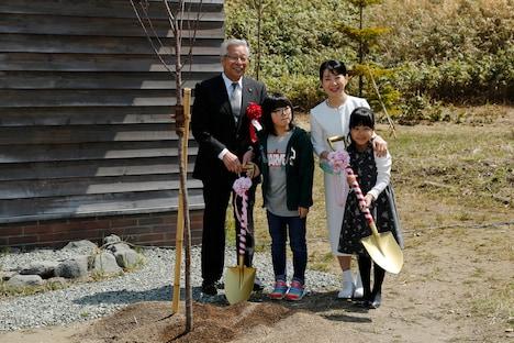 北の桜守パークのオープニングセレモニーにて、桜の植樹を行う吉永小百合(中央右)たち。