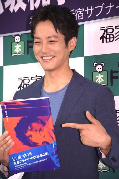 「妄想・松坂桃李2」をアピールする松坂桃李。