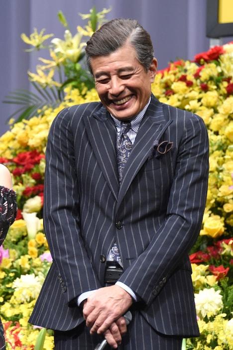 広末涼子に「あぶない刑事」ファンだったと告白され、照れる舘ひろし。