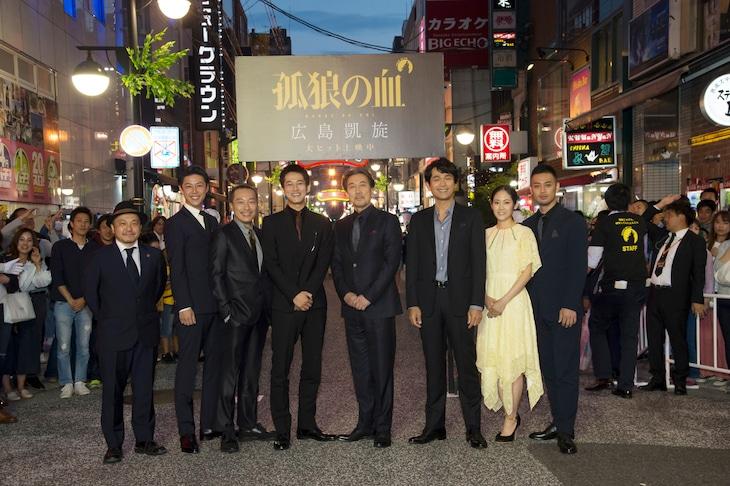 左から白石和彌、さいねい龍二、音尾琢真、松坂桃李、役所広司、江口洋介、阿部純子、沖原一生。