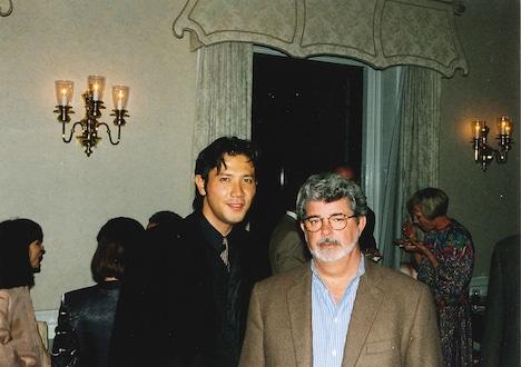 1999年のSSFF & ASIAのレセプションに出席した別所哲也(左)とジョージ・ルーカス(右)。