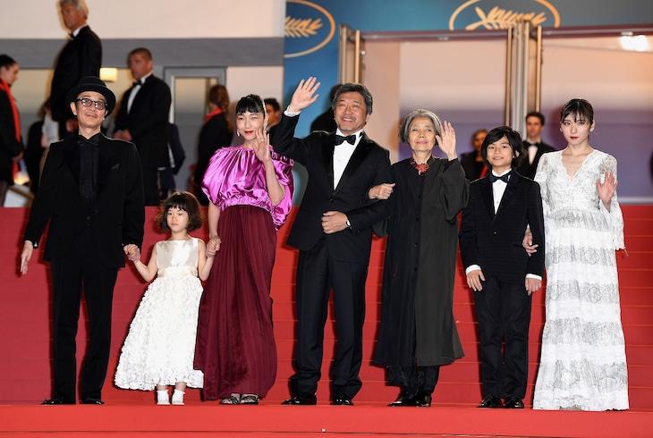 第71回カンヌ国際映画祭のレッドカーペットに登場した「万引き家族」のスタッフ、キャスト。