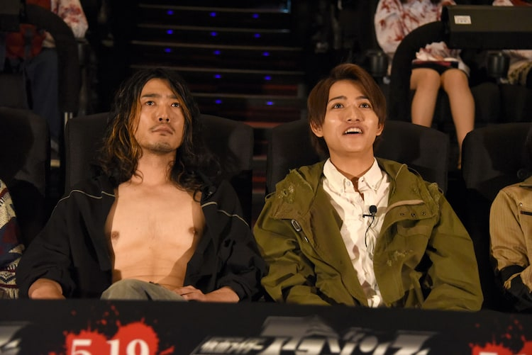 4D版の予告編を観る谷口賢志(左)と藤田富(右)。