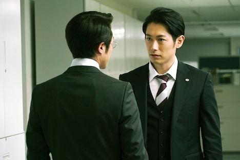 「空飛ぶタイヤ」より、ディーン・フジオカ演じる沢田悠太(右)。