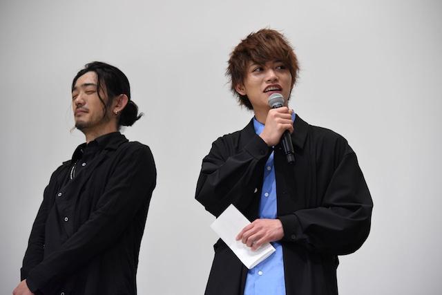 谷口賢志(左)から手紙を渡された藤田富(右)。