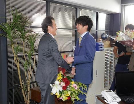 吉田鋼太郎(左)のクランクアップに、感極まり涙する田中圭(右)。