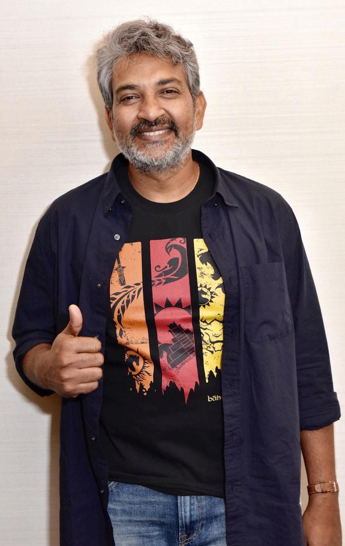 「バーフバリ 王の凱旋<完全版>」オフィシャルグッズのTシャツを着たS・S・ラージャマウリ。
