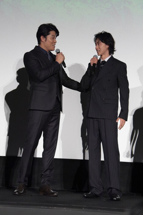 鈴木亮平(左)に「(コメント力)調律できてた!?」と言われる山崎賢人(右)。