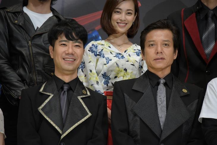 「劇場版 仮面ライダービルド Be The One」製作発表会見に登壇した(前列左から)藤井隆、勝村政信。