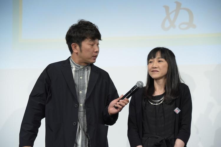 受賞者の女性に話を聞く木本武宏(左)。