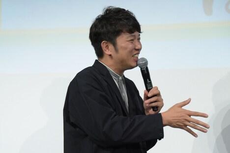 受賞者の女性と握手しようとするも、見えなかったことにされた木本武宏。