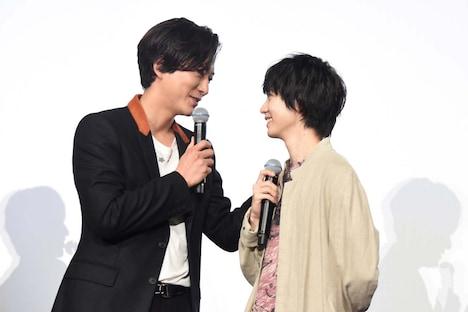 見つめ合う浅香航大(左)と小越勇輝(右)。