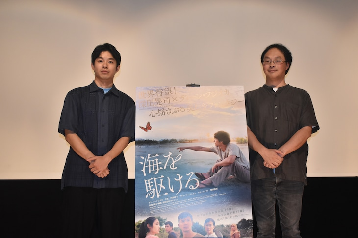 左から太賀、深田晃司。