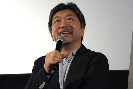 外国人の観客に日本語で質問され、驚いて笑う是枝裕和。
