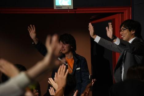最後までファンに手を振り続ける濱田龍臣(左)と小澤雄太(右)。
