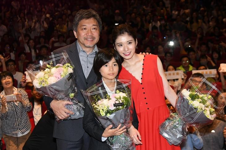 第21回上海国際映画祭にて、左から是枝裕和、城桧吏、松岡茉優。