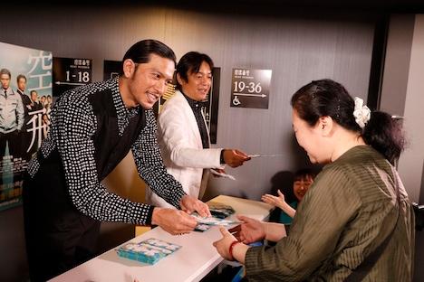 大入り袋を配布する長瀬智也(左)と本木克英(中央)。