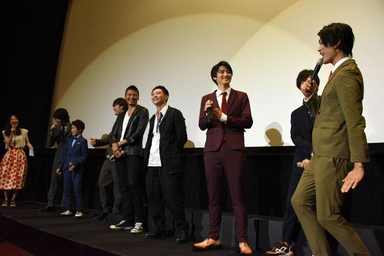 田口翔大(左から3番目)にツッコむ南圭介(右端)。
