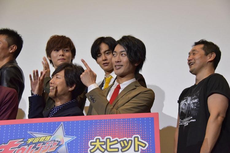 「刮目せよ!」のポーズをする南圭介(前列右)。
