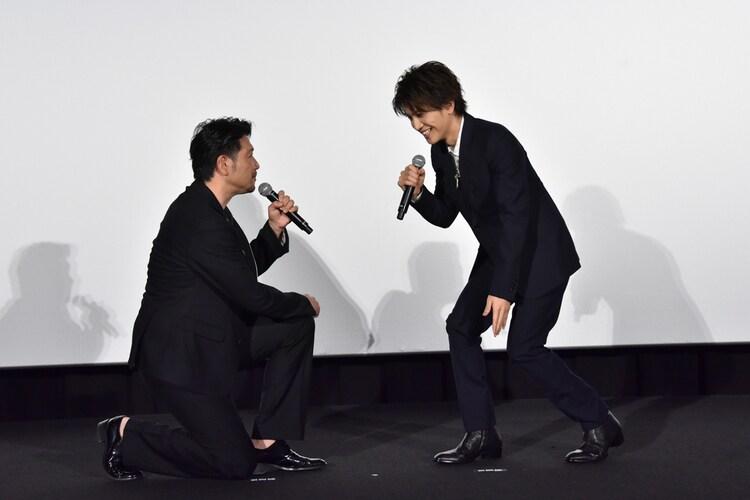 別所哲也(左)にひざまずかれ、慌てる岩田剛典(右)。