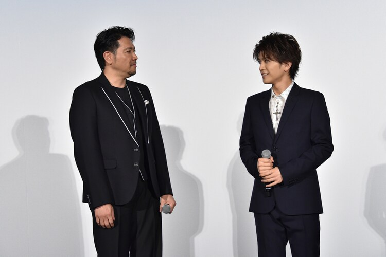 左から別所哲也、岩田剛典。