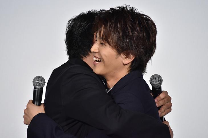 別所哲也と抱き合う岩田剛典(右)。