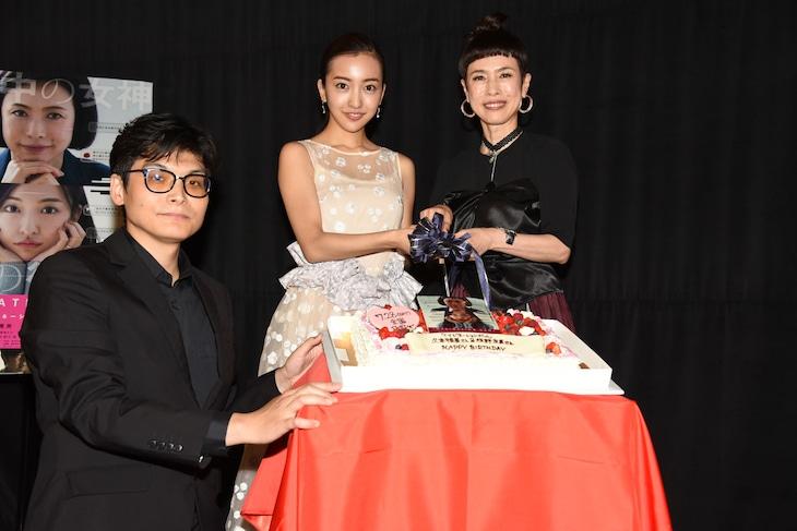 左から畑泰介、板野友美、久本雅美。