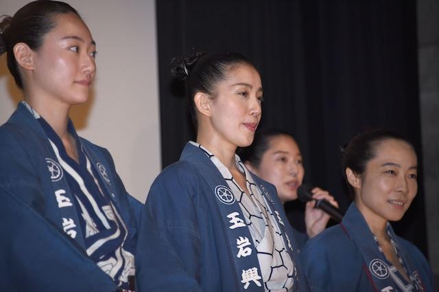 前列左から韓英恵、嘉門洋子、山田真歩。