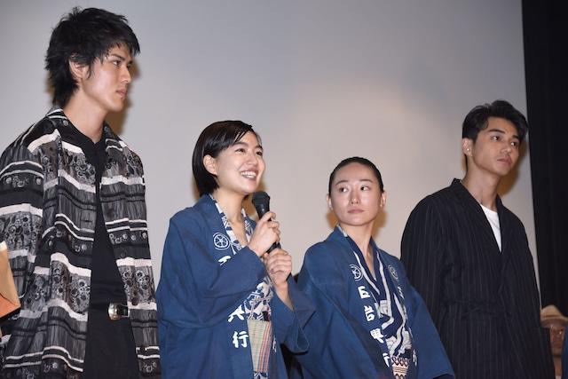 左から寛一郎、木竜麻生、韓英恵、東出昌大。