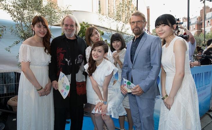 ABBAのベニー・アンダーソン(中央左)、ビョルン・ウルヴァース(中央右)と記念撮影するLittle Glee Monster。