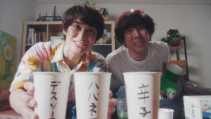 「一人の息子」のスピンオフ動画より、左から高崎翔太、関口アナム。