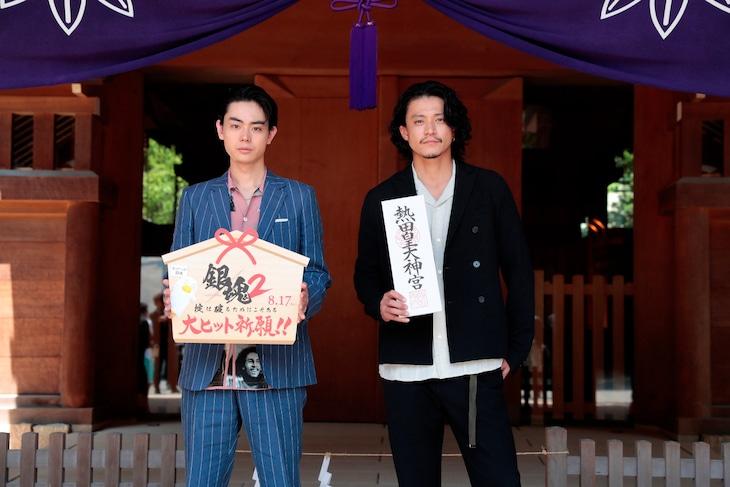 左から菅田将暉、小栗旬。