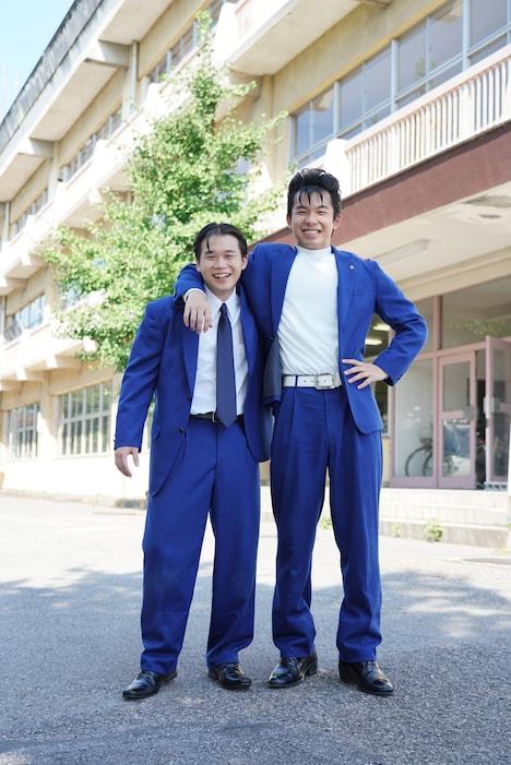太賀演じる今井勝俊(右)と矢本悠馬扮する谷川安夫(左)。