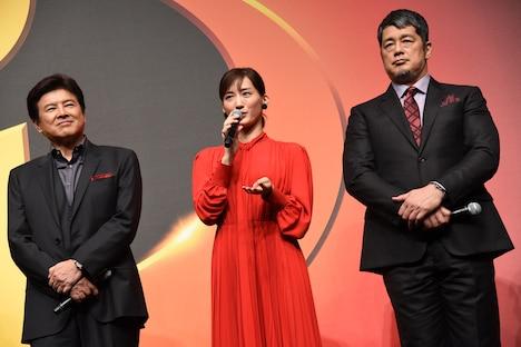 左から三浦友和、綾瀬はるか、高田延彦。