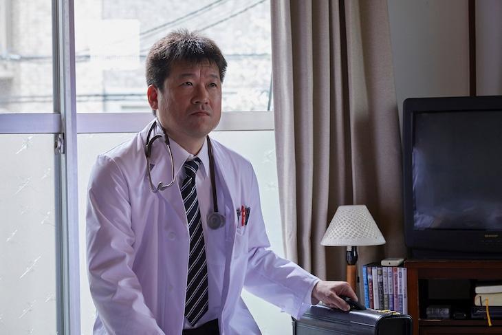 ドラマ「聖☆おにいさん」より、佐藤二朗演じる医者。