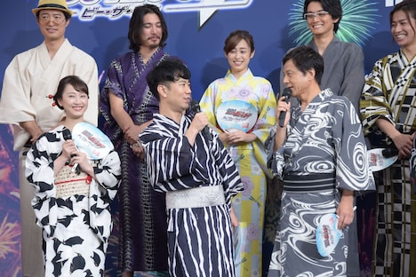 前列左から松井玲奈、藤井隆、勝村政信。