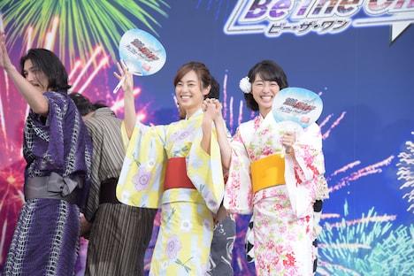 滝裕可里(中央)と高田夏帆(右)。