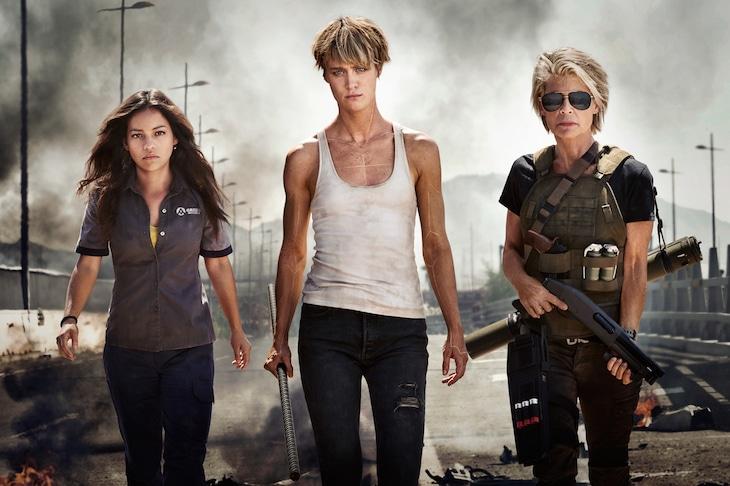 タイトル未定の「ターミネーター」シリーズ最新作より、左からナタリア・レイエス演じるダニ・ラモス、マッケンジー・デイヴィス演じるグレース、リンダ・ハミルトン演じるサラ・コナー。