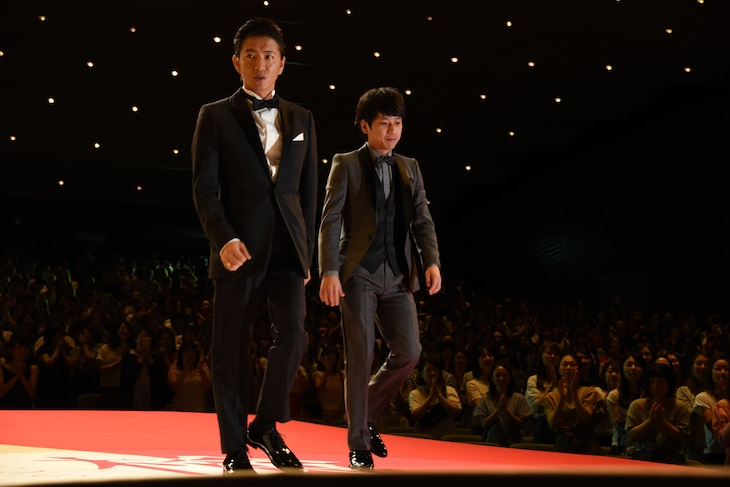 サプライズで再登場した木村拓哉(左)と二宮和也(右)。