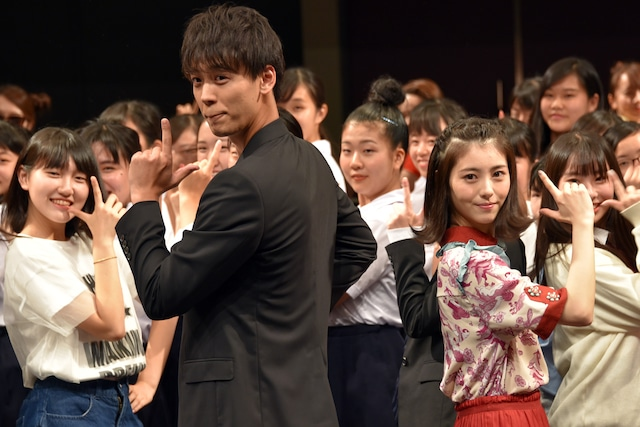 「I Want You Back」に合わせて踊る竹内涼真(左)、浜辺美波(右)。