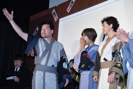 観客に向かって手を挙げる佐藤二朗(左)。