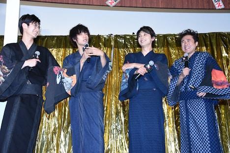 左から三浦春馬、窪田正孝、吉沢亮、ムロツヨシ。