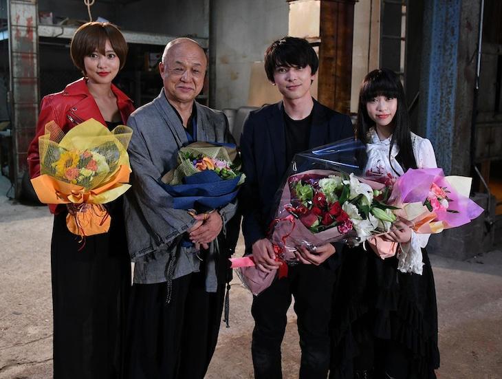 「GIVER 復讐の贈与者」クランクアップ時の様子。左から夏菜、田山涼成、吉沢亮、森川葵。