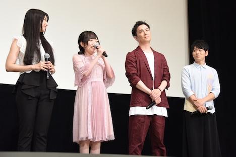 「トントコトコトコ」を披露する久野美咲(左から2番目)。