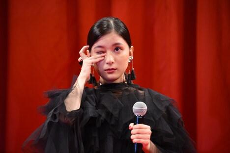 涙を拭う芳根京子。