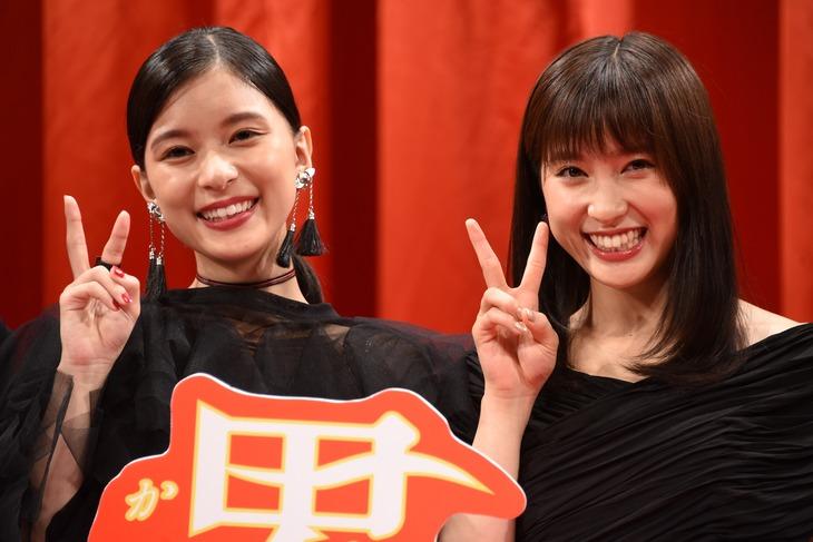 「累-かさね-」完成披露試写会の様子。左から芳根京子、土屋太鳳。