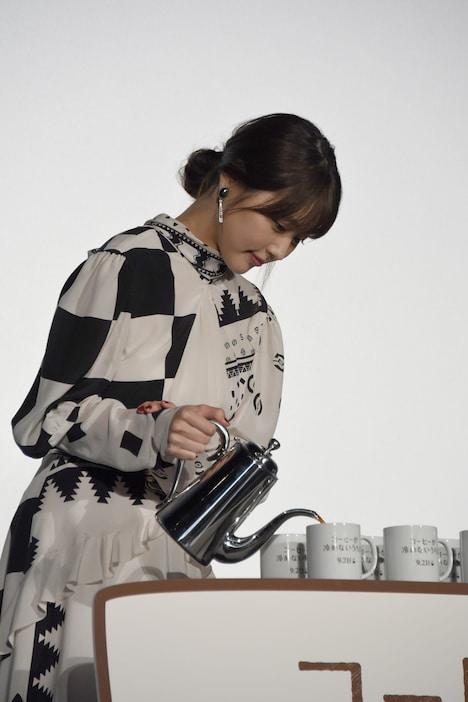 コーヒーをサーブする有村架純。