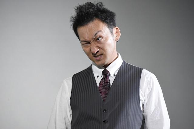 渾身の「怖い顔」を披露する波岡一喜。