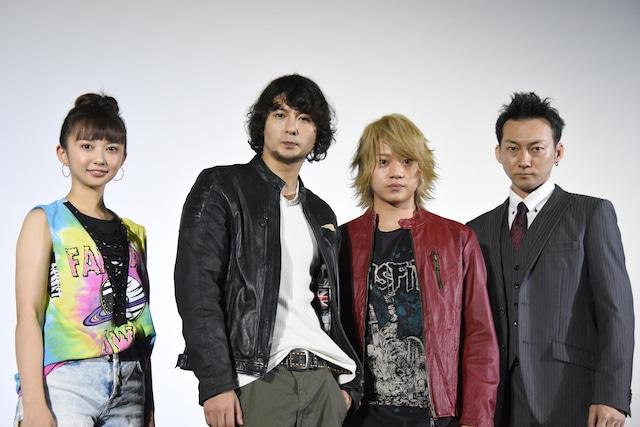 「ダブルドライブ ~狼の掟~」初日舞台挨拶の様子。左から小宮有紗、藤田玲、佐藤流司、波岡一喜。