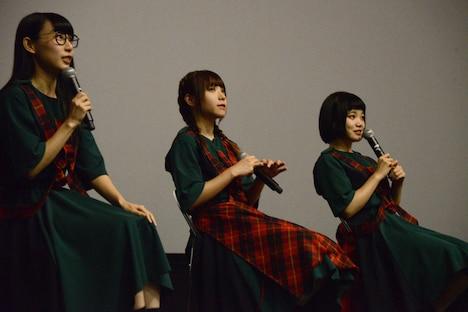 左からハシヤスメ・アツコ、アユニ・D、セントチヒロ・チッチ。